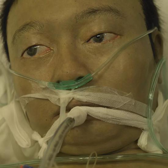 "ICU,作品及细节 ""带我参观医院的医生跟我说,我可以拍照。但是我坚决不会去拍,因为我认为那样失礼之极。媒体经常会去吹捧某位英雄人物,但是我认为,每一个在病房里努力奋斗的人才是真正的英雄。"""