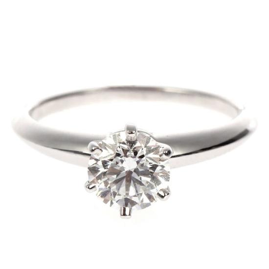 这枚蒂芙尼戒指上的1.07克拉钻石 已超过流行重量