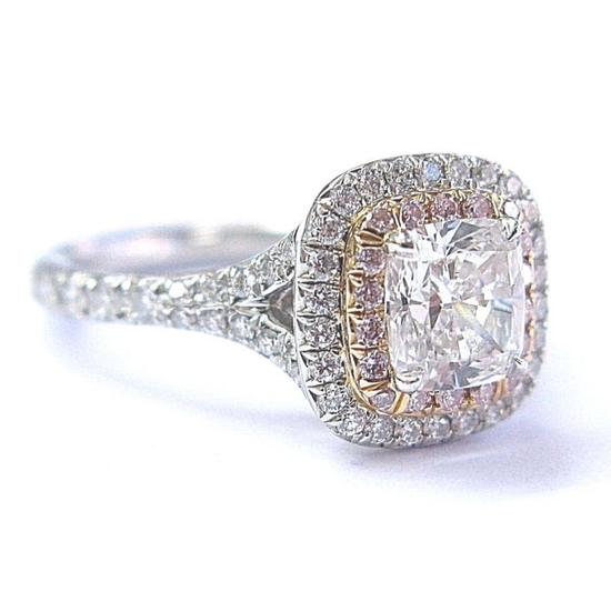 这枚来自蒂芙尼公司的 订婚戒指镶嵌着一颗重量为0.84克拉的垫型切工钻石,周围镶嵌着0.06克拉的天然粉红色钻石和0.34克拉的米粒钻。 总克拉重量为1.24克拉