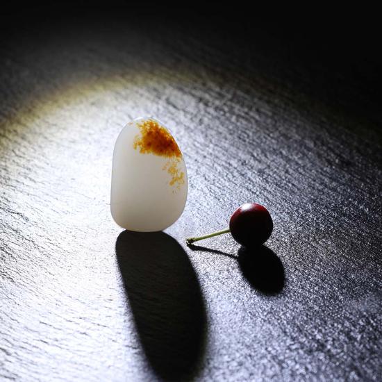 02912  新疆和田玉黄皮籽料原石  规格:2.7×1.8×1.0cm  重量:8.8g  白度:一级  脂份:高  密度:好  RMB:35000-55000