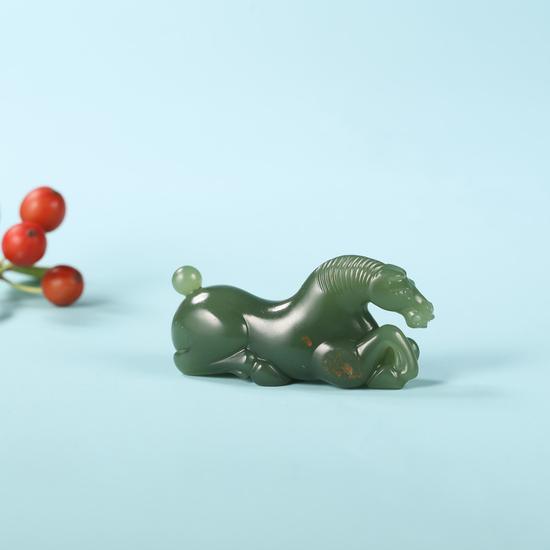02939  陈良 中国玉石雕刻名家  陈良 析木玉一马当先  规格:4.6×2.1×1.4cm  重量:16.8g  白度:析木玉  脂份:极高  密度:无结构  无底价