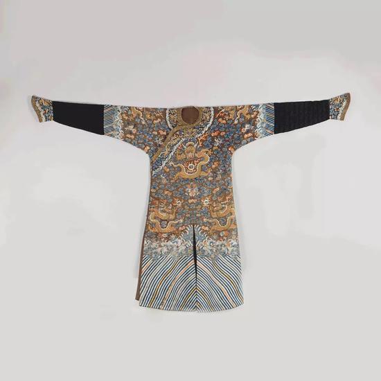 清嘉庆 · 酱色愁绣彩云金龙纹龙袍   长:229cm 高:140cm