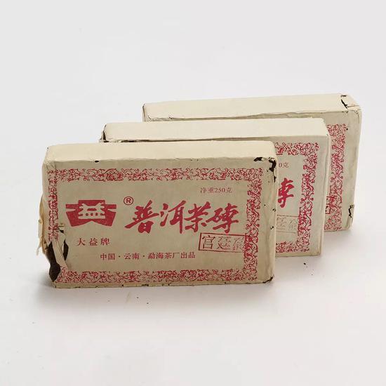 """图录号 6044    2001年大益""""宫廷砖""""一组三片(熟茶)    重量:一片250g,共约750g"""