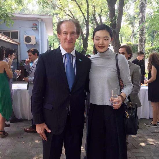 胡杨与阿根廷大使合影