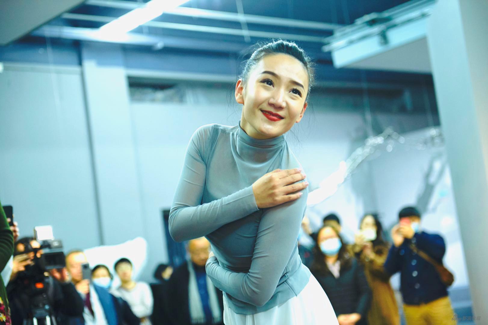 舞蹈家王艺霏在开幕式现场表扬当代舞《生声》