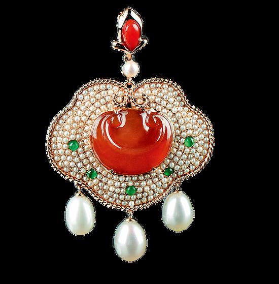 植福缘创新翡翠作品《如意在心》:以红翡如意为心,四周以过细米珠镶嵌,   再点缀绿蛋面和水滴珍珠,工艺精深,配色喜庆。