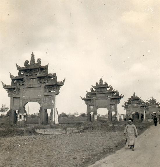 成都到广汉的路上四座牌坊鱼贯而立,根据梁思成的记载,它们均为清代节孝坊