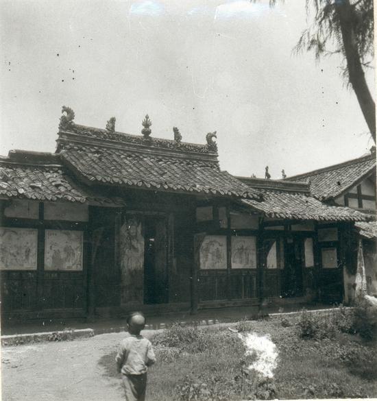 营造学社在俸氏祠只拍下了一张照片,一个小男孩正走向宗祠,木门上威武的门神正在保家护院,墙上还绘有壁画