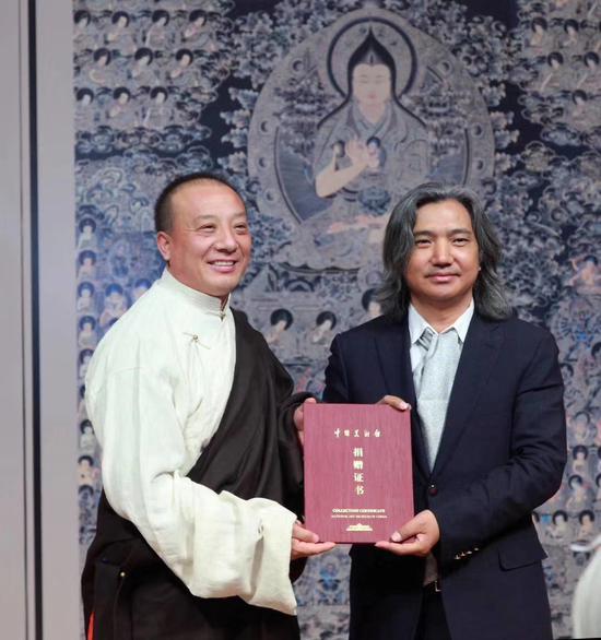 中国美术馆馆长吴为山为中国工艺美术大师娘本颁发捐赠证书
