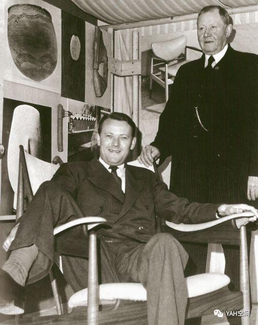 """酋长椅在匠师协会年展一亮相便引来众人的注意,除了丹麦国王Frederik IX 弗雷德里克九世试座与之合影之外,丹麦首相Jems Otto Krag 也跟着去体验并示范了酋长椅的""""标淮""""坐姿之一"""