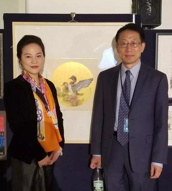 联合国中文组原组长、纽约华美人文学会主席何勇和画家樊蕾在活动现场合影