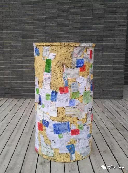 作品名称:《五号楼的垃圾集合》创作年代:2016年 作品材质:废纸箱、快递单 作品尺寸:70x70x130(cm)