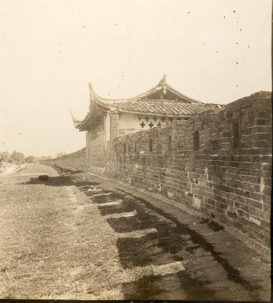 在长达千年的历史上,雒城屡兴屡废,梁思成看到的雒城修建于清乾隆年间,图为东门炮楼