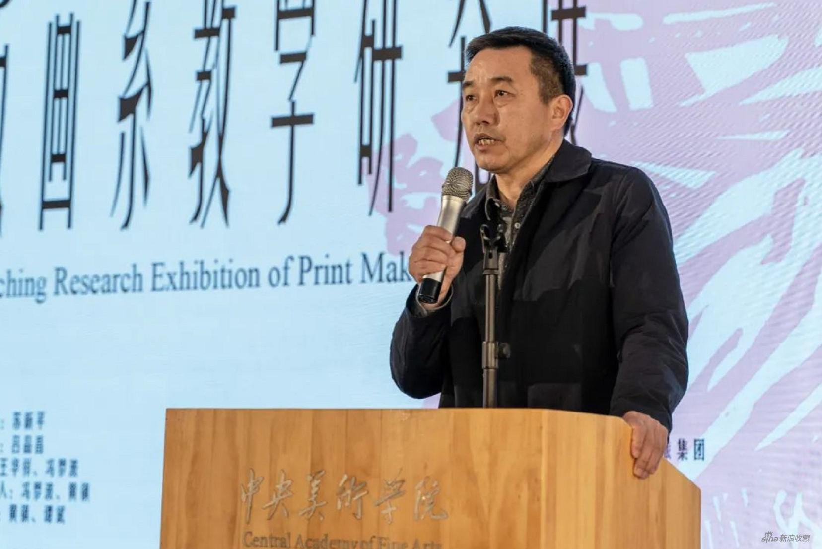 景德镇市美术家协会主席、景德镇陶瓷大学副校长吕金泉发言