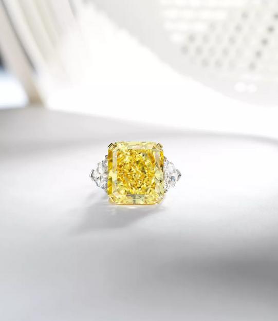 天然彩艳黄色钻石配钻石戒指,  格拉夫 Graff