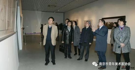 南京大学党委常务副书记杨忠、社科处处长王月清等领导嘉宾参观展览