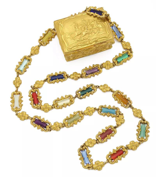 (由各种图案连接或交织在一起,通过各种技术相结合而制作的形状各异的经典长项链是这一时期珠宝首饰的主要象征之一。)