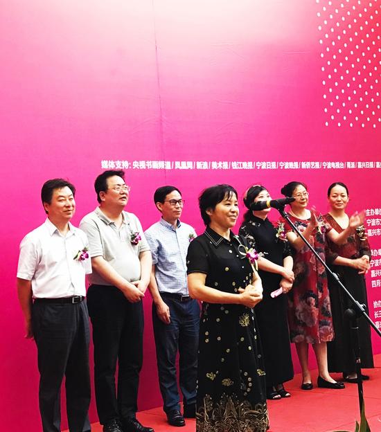 嘉兴市政协主席高玲慧女士宣布画展开幕