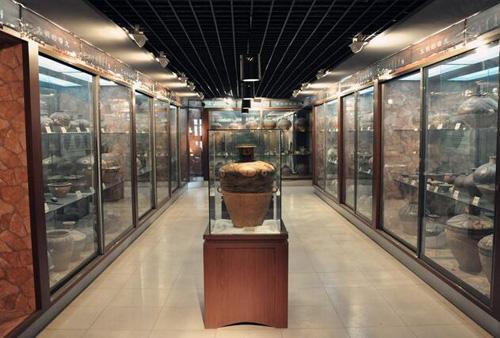 马家窑文化历经一千八百多年的发展,主要有石岭下、马家窑、半山、马厂等类型