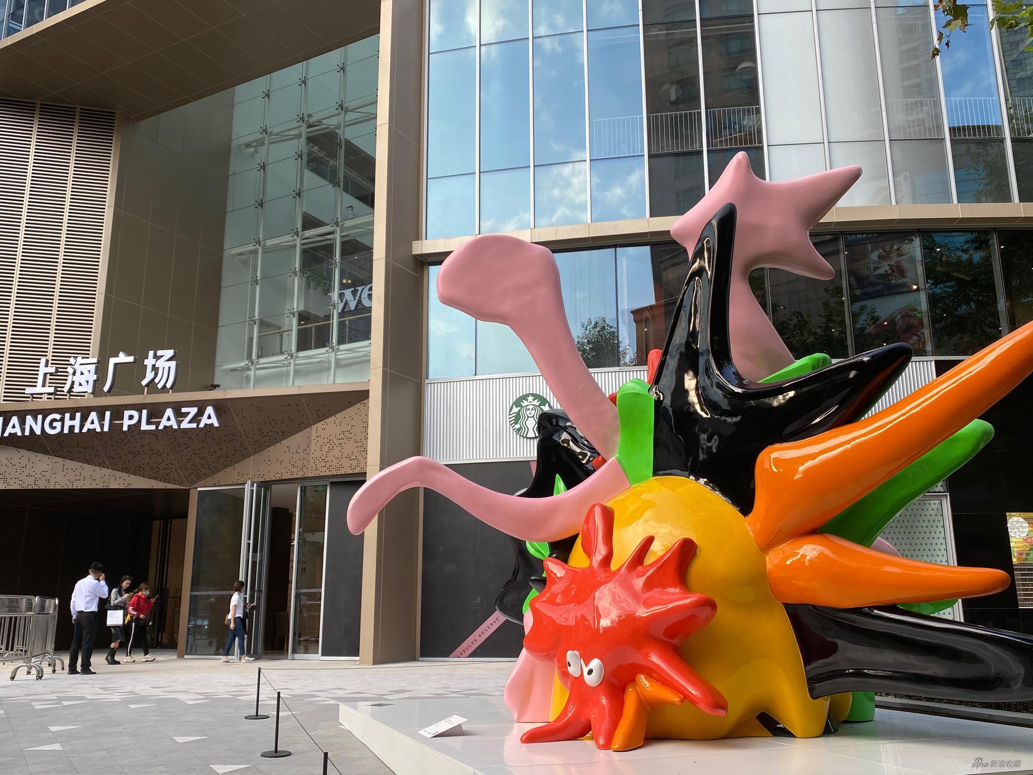徐震®,《交流(挤压,拉伸,长高)》,2020,树脂、喷漆,500 x 615 x 380 cm