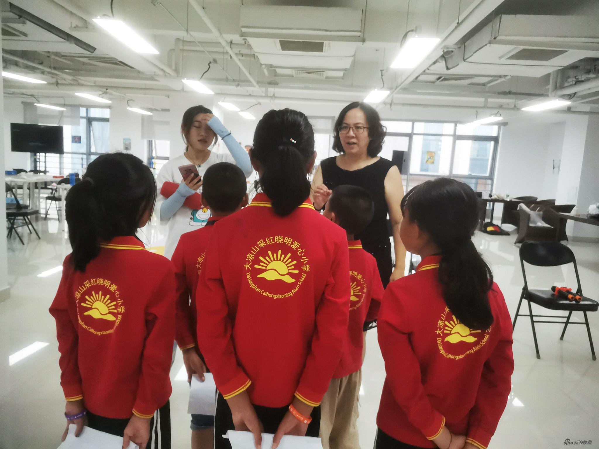 杨明明老师和张雨桐老师在给孩子们示范
