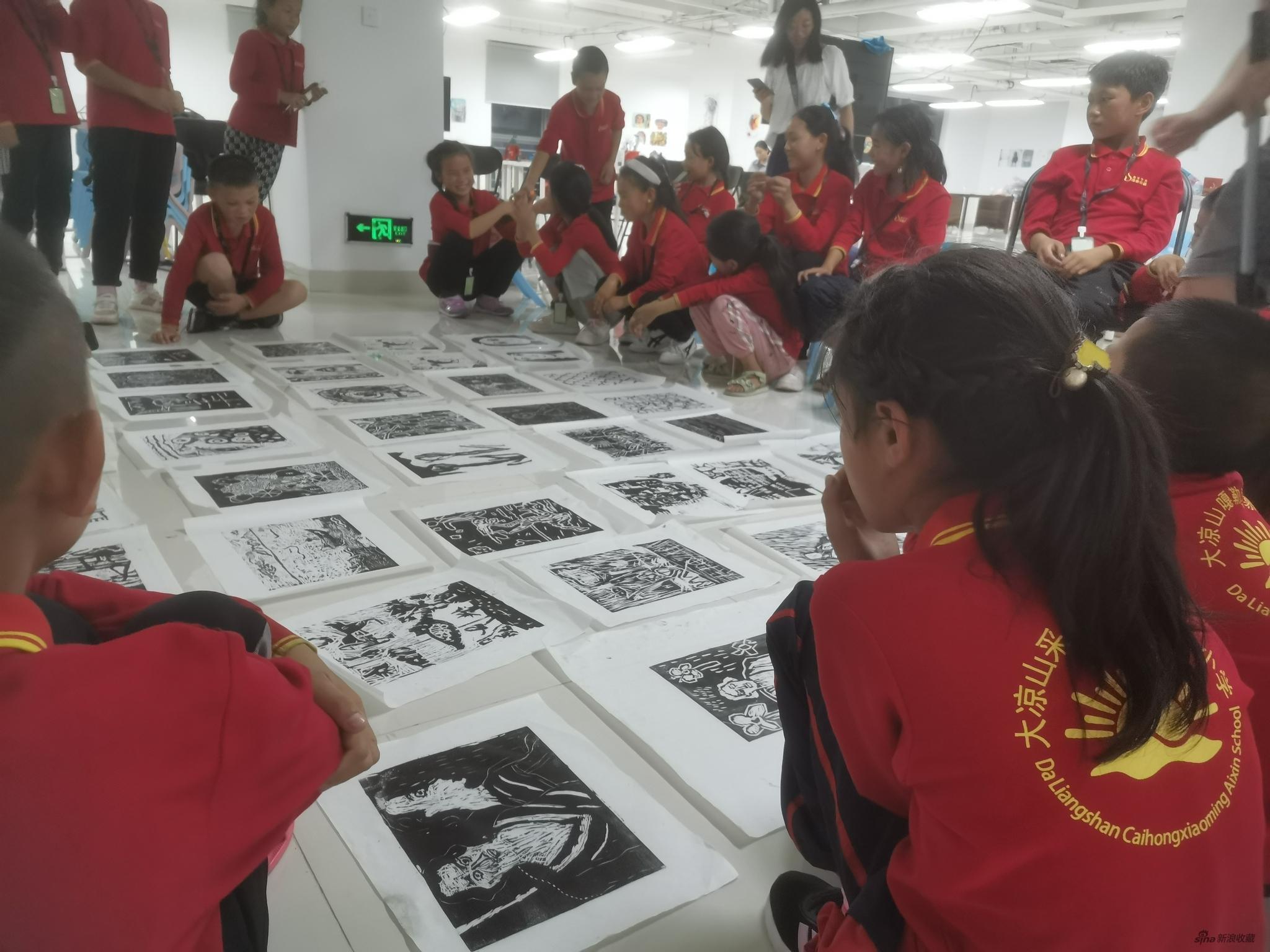 孩子们课间在互相学习作品