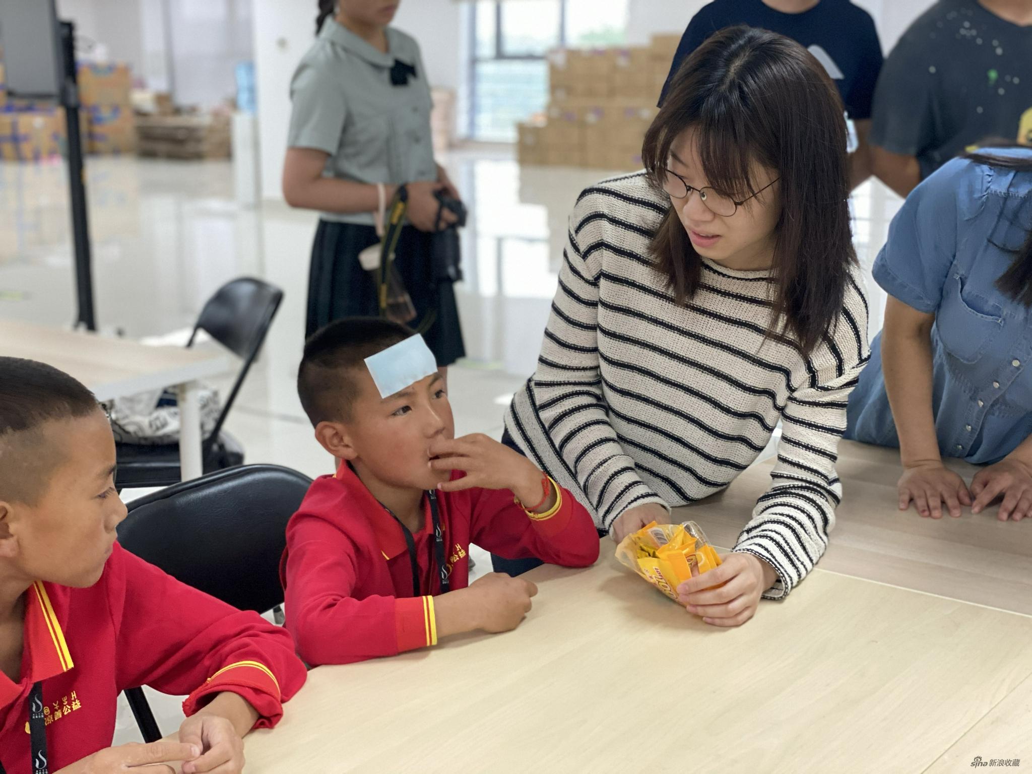 中国人民大学艺术学院研究生赵鑫在与孩子们交流