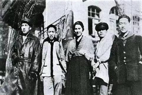 常玉(左二)与邵洵美(左一)等友人结伴郊游,约1925年