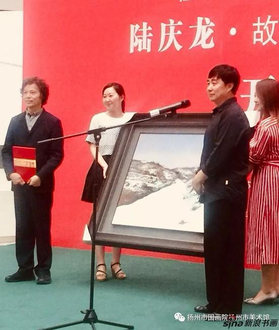 陆庆龙先生向扬州市美术馆(国画院)捐赠画作,安玉民馆(院)长接收捐赠
