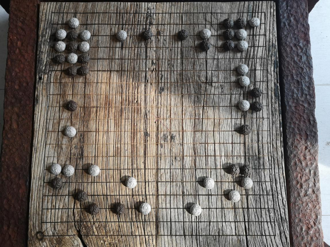 安海峰、应天齐 《弈》(局部) 绘画装置,水印版画、陶瓷、木 270×220cm 2020