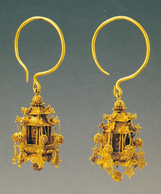 《累丝宫灯形金耳坠》 清 首都博物院藏