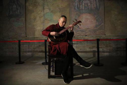著名中阮演奏家冯满天先生在展览现场进行即兴演奏 (摄于三清殿)