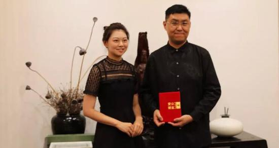 ▲北京爱尔公益基金会代表接受捐赠,并为刘阔颁发收藏证书