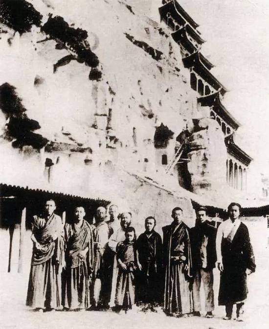1943年,张大千与藏传佛教寺院僧人等摄于敦煌莫高窟
