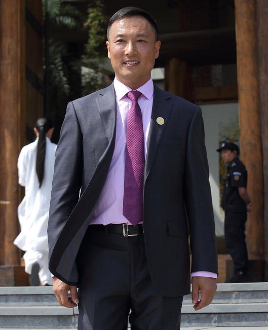 """司秋利,北京人,1968年出生,现居于北京市宋庄。职业画家、海外华人美术家协会顾问、大地艺术中心馆长、""""为和平付诸行动""""活动创始人。"""