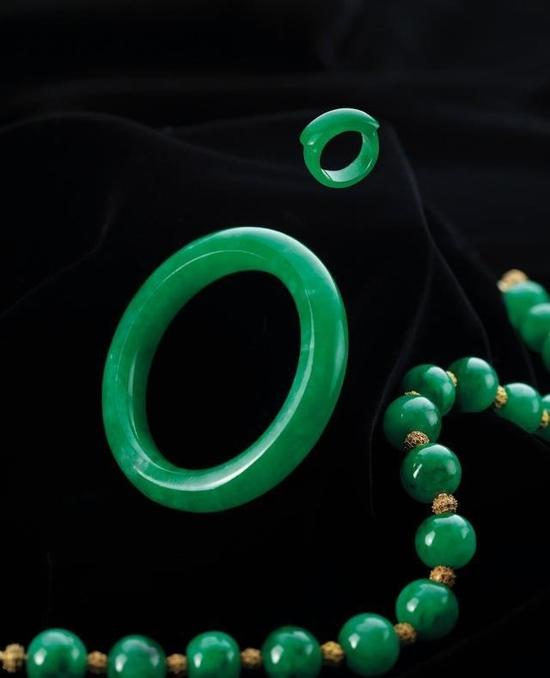 2014年在苏富比拍卖会上,这套翡翠首饰最终以664万港币成交。