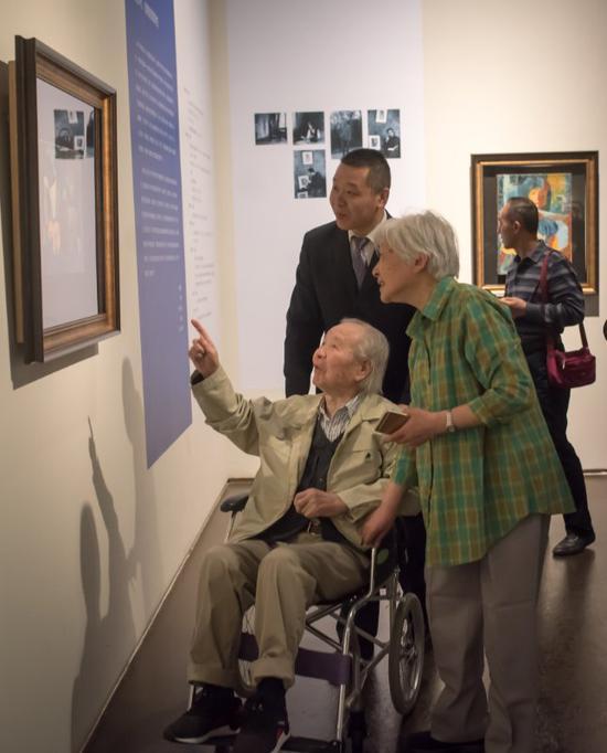 95岁的张功慤在展览现场