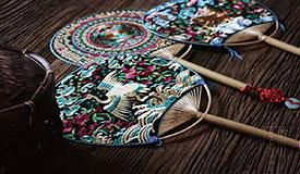 非遗苗绣可以很时尚 传统工艺技法与现代设计融合