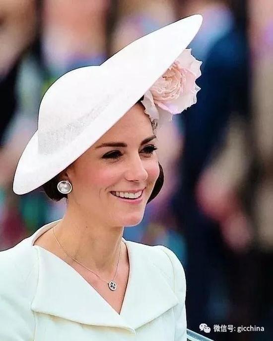 凯特王妃是马贝珠的人肉种草机,在许多活动中都佩戴过图中的   Balenciaga的马贝珠耳环。