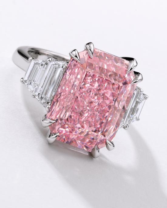 10.64卡拉艳彩紫粉红色内部无瑕钻石配钻石戒指 估价:1.5亿 – 2亿港元