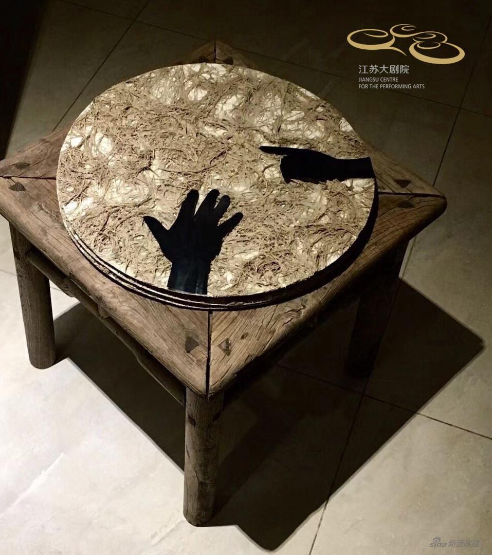 草皮上的艺术家之手,尺寸可变,枯草、粗亚麻布、粘合剂、油彩颜料、ct图片、清代榆木禅凳,2019