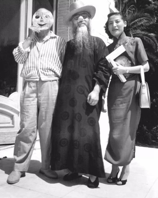 张大千(中)与毕加索(左)戴着面具合照