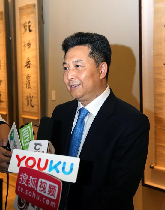 中国侨联副主席、银帝集团董事局主席朱奕龙在展览现场接受媒体采访
