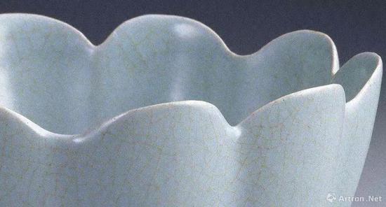 ▲ 台北故宫藏汝窑莲花式温碗局部,可以看到明显的开片