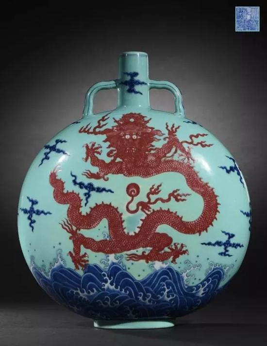 清乾隆 御窑松石绿地青花釉里红海水腾龙纹扁壶   H:30.8cm   成交价:RMB 16,100,000