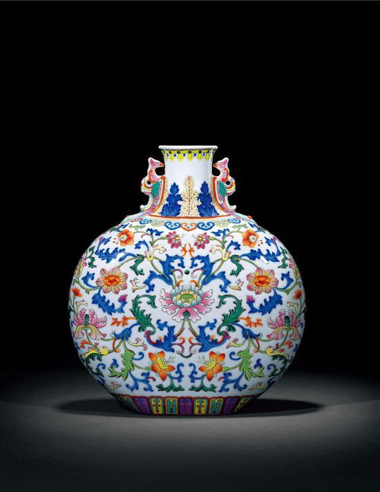 清乾隆 青花洋彩缠枝西洋花卉纹抱月瓶 851 万成交