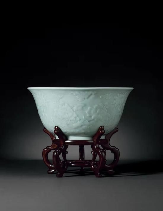 清雍正粉青釉凸花四季花卉三多纹大碗285.2万成交