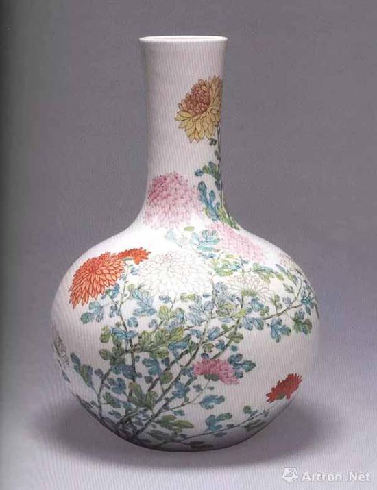 清雍正 粉彩菊纹天球瓶 高34.2厘米