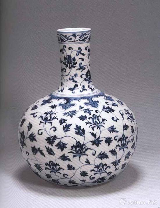 明永乐 青花缠枝花卉纹天球瓶 高43厘米