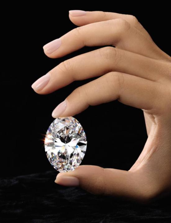 88.22 卡拉椭圆形钻石,D 色无瑕 Type IIa(估价:8,800 万至 1 亿港元)记忆所及 拍卖史上只出现三颗 逾 50 卡拉的椭圆形白钻